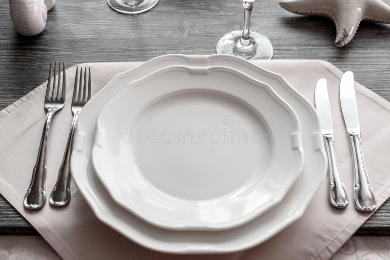 Mercancías de la tabla en el restaurante imagenes de archivo