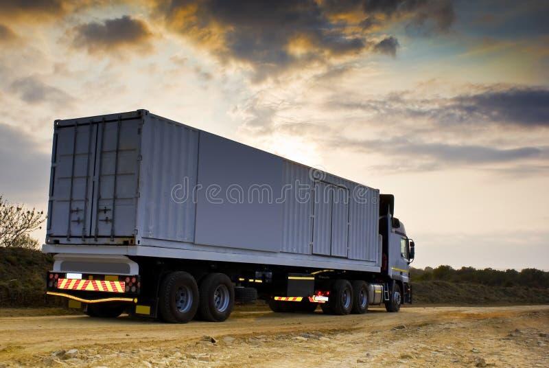 Mercancías en el tránsito pesadas - visión trasera foto de archivo libre de regalías