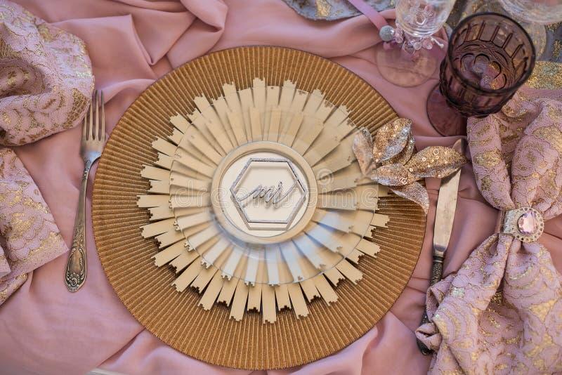 Mercancías magníficas en una tabla de la boda en estilo antiguo magnífico fotos de archivo