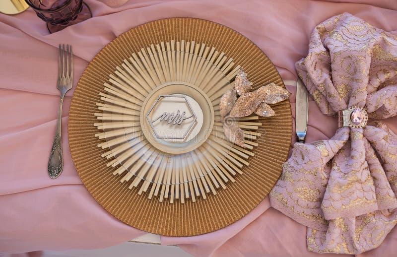 Mercancías magníficas en una tabla de la boda en estilo antiguo magnífico imagen de archivo