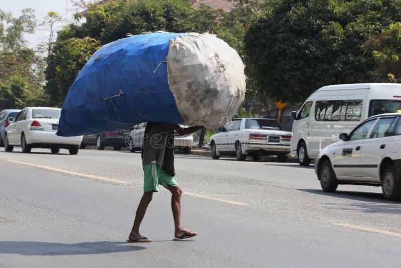 Download Mercancías Pesadas - Trabajo Manual - Myanmar Imagen de archivo editorial - Imagen de rangoon, funcionamiento: 42440619