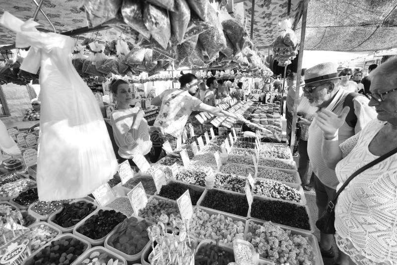 Mercanteggiando al mercato di strada, Velez Malaga, Spagna fotografie stock libere da diritti