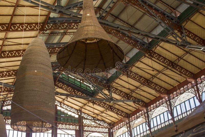Mercato Centrale in Florence, die omhoog het dak met het pening van lampen bekijken royalty-vrije stock afbeelding