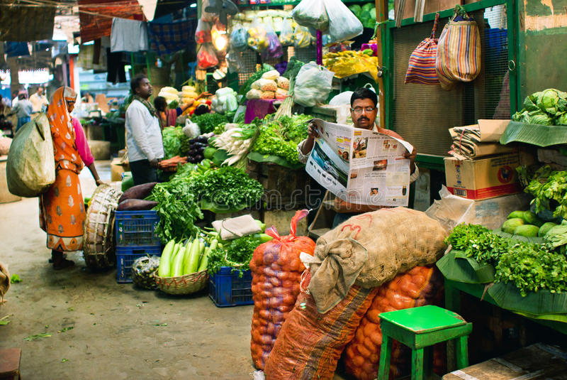 Mercato con la drogheria fresca ed i clienti poveri della città indiana fotografia stock libera da diritti