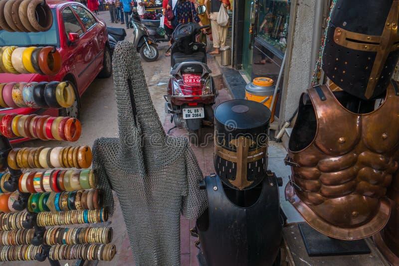 Mercato del ricordo della via in India che vende armatura immagine stock