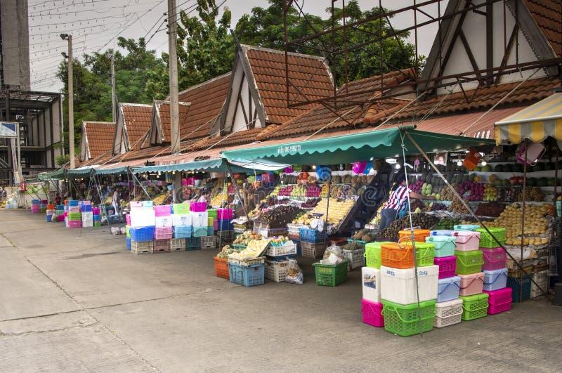 Mercato della frutta in Second Street I venditori preparano i frutti in vendita fotografia stock libera da diritti