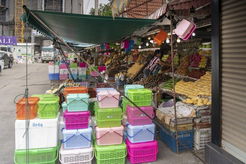 Mercato della frutta in Second Street I venditori preparano i frutti in vendita immagine stock libera da diritti