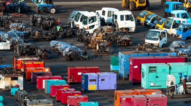 Mercato della seconda mano del macchinario pesante Vecchio generatore elettrico, trattore, motore diesel sul pavimento di calcest immagini stock