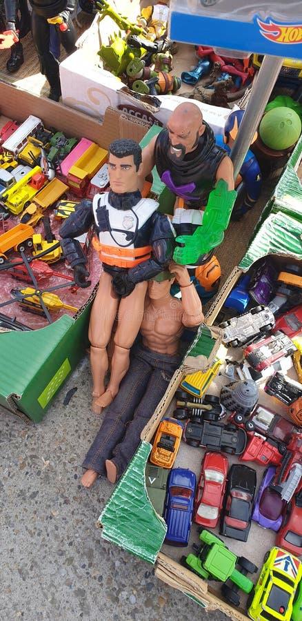 Mercato delle pulci in bambole d'annata della Romania di timisoara e giocattoli e tazza da the chabbychic per tè fotografia stock libera da diritti