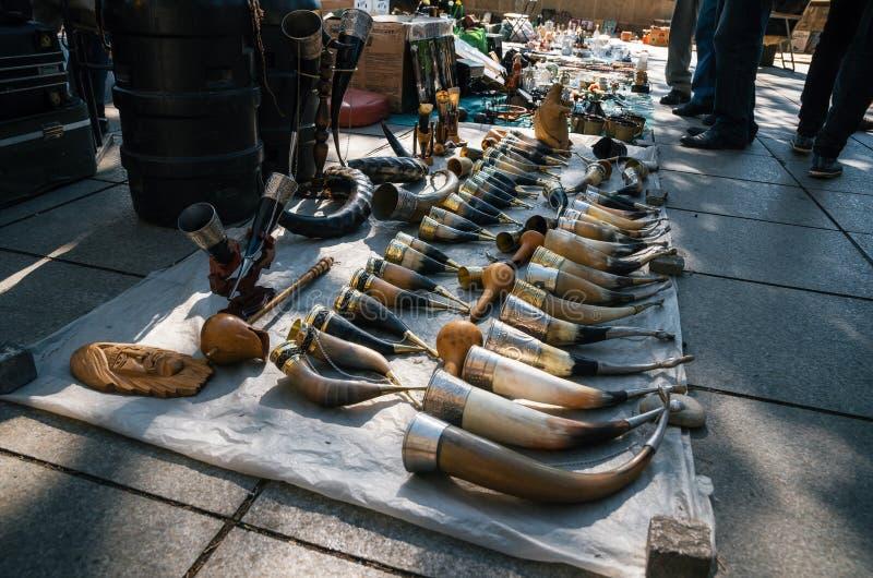 Mercato delle pulci con i venditori ed i clienti, Tbilisi, Georgia immagine stock