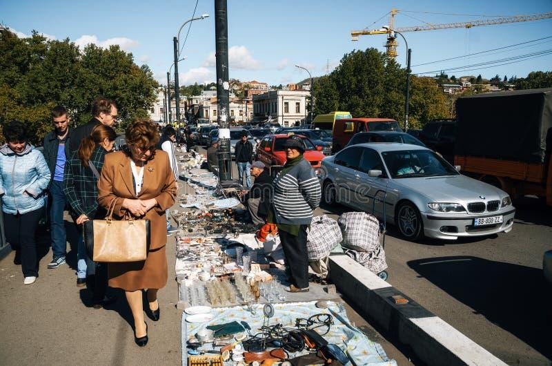 Mercato delle pulci con i venditori ed i clienti, Tbilisi, Georgia fotografie stock libere da diritti