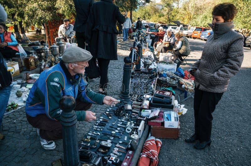 Mercato delle pulci con i venditori ed i clienti, Tbilisi, Georgia immagine stock libera da diritti