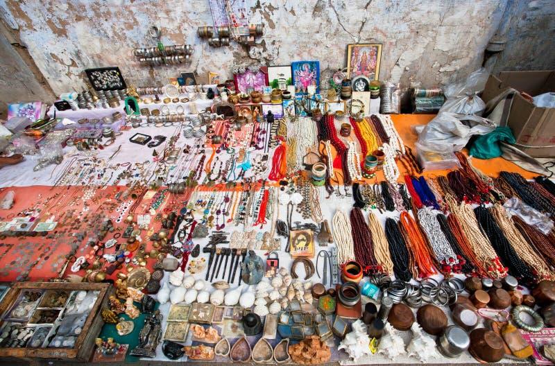 Mercato delle pulci con le collane dei gioielli e le merci d'annata fotografia stock
