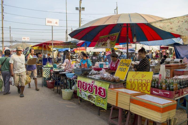 Mercato delle pulci con lo stile di vita del ` s della gente in provincia con acquisto immagine stock