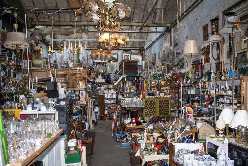 Mercato delle pulci - roba della seconda mano su fleamarket fotografia stock libera da diritti