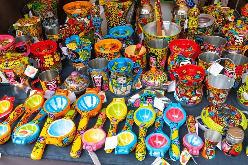 Mercato di Bogota degli oggetti ceramici variopinti della cucina di Usaquen fotografie stock libere da diritti