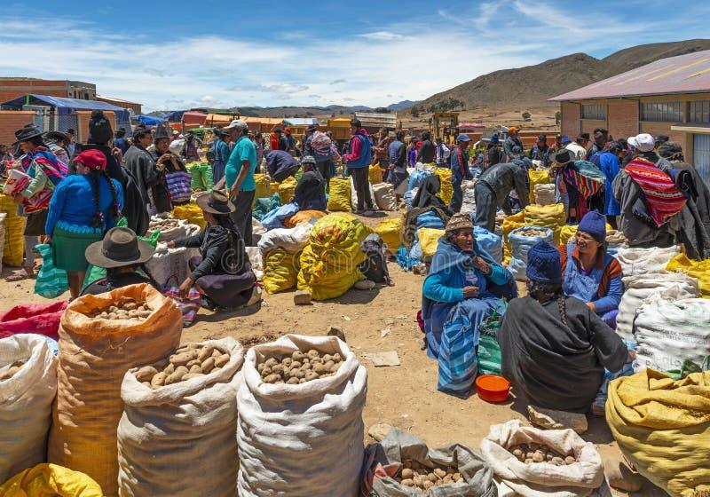 Mercato di domenica del locale in Tarabuco, Sucre, Bolivia fotografia stock