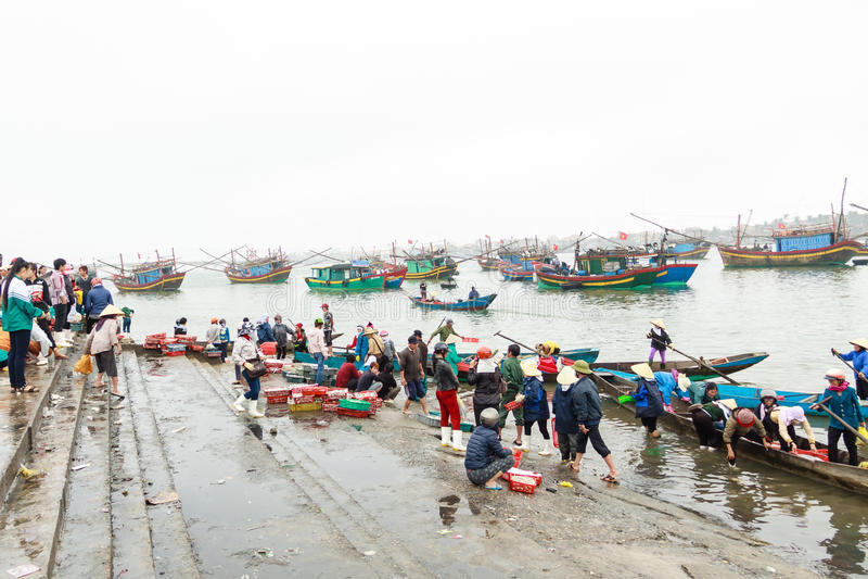 Mercato di Fiish sulla spiaggia nella provincia di Quang Binh, Vietnam immagini stock libere da diritti