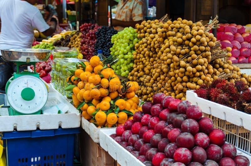 Mercato di frutta alla via di Kuala Lumpur - molta frutta fresca organica asiatica differente, cose di ogni giorno fotografie stock libere da diritti