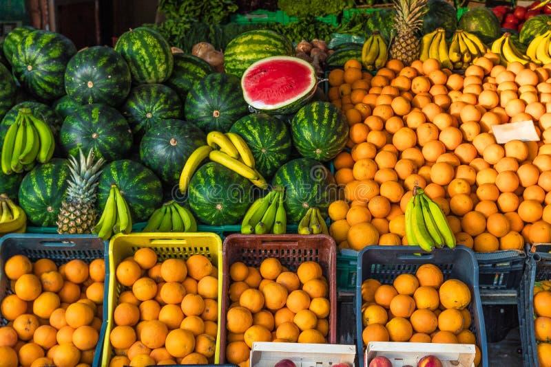 Mercato di frutta sugli ananas organici delle banane delle arance delle angurie del contatore della frutta fresca di estate dell' immagine stock