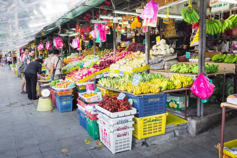 Mercato di frutta sulla via a Bangkok, Tailandia fotografie stock