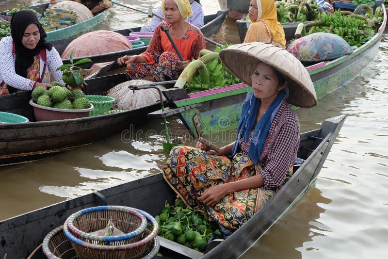 Mercato di galleggiamento al Kalimantan del sud Indonesia di Banjarbaru fotografie stock libere da diritti