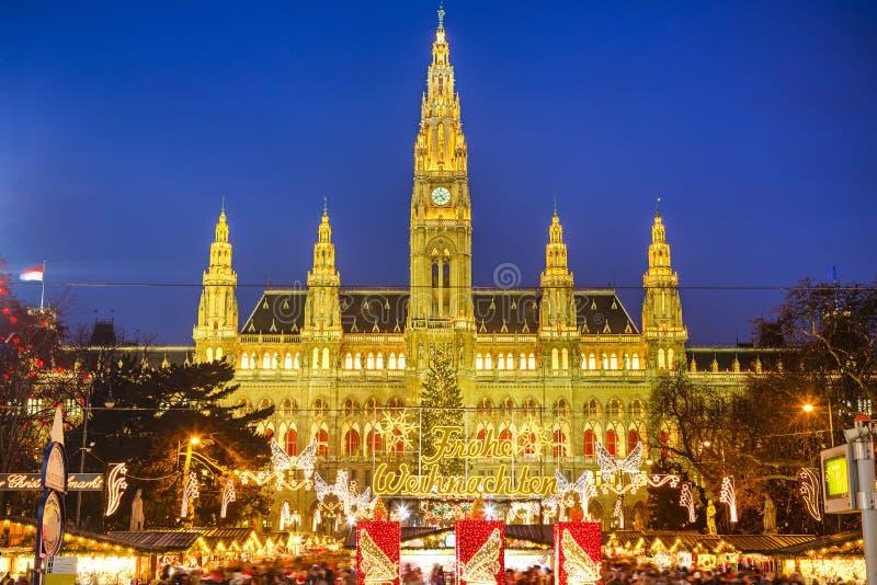 Mercato di Natale e di Rathaus a Vienna fotografia stock