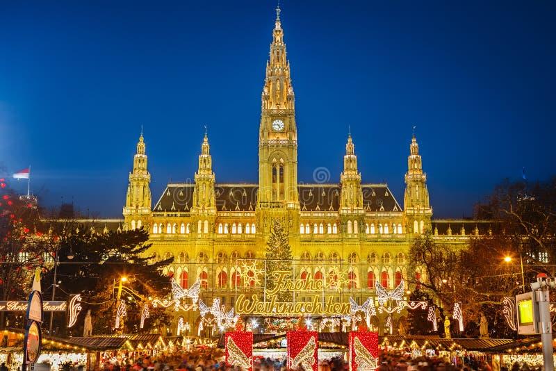 Mercato di Natale e di Rathaus a Vienna immagini stock libere da diritti