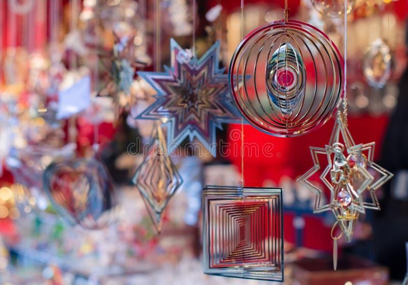 Mercato di Natale Prodotti metallici insoliti fotografia stock libera da diritti