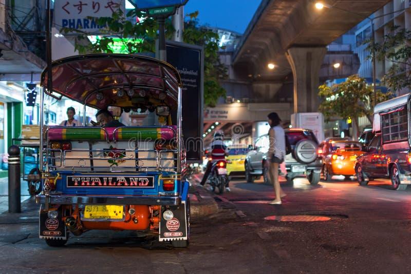 Mercato di notte di Patpong con il taxi di TukTuk sul sentiero per pedoni immagini stock libere da diritti
