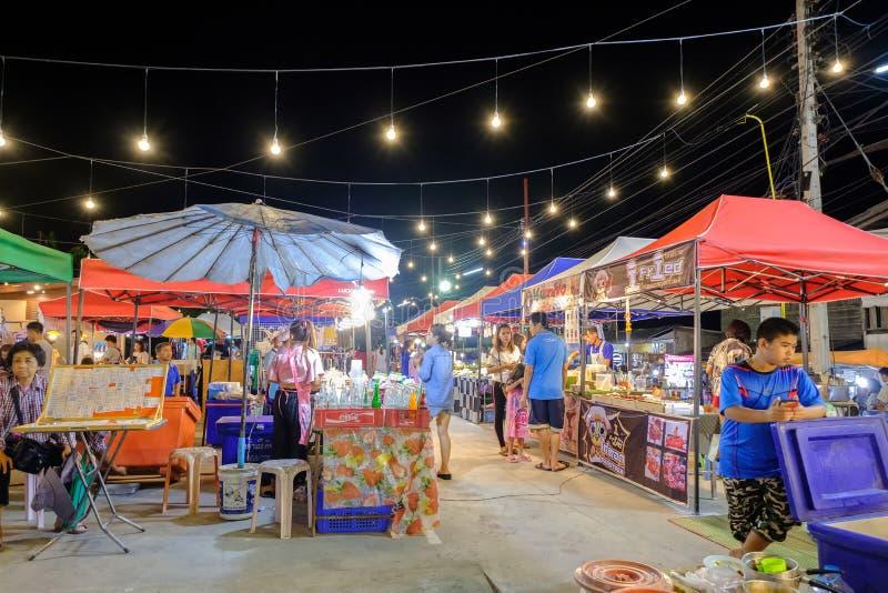 Mercato di notte di Sikhio un mercato famoso di notte dove molta gente viene a provare l'alimento tailandese e va a fare spese immagini stock