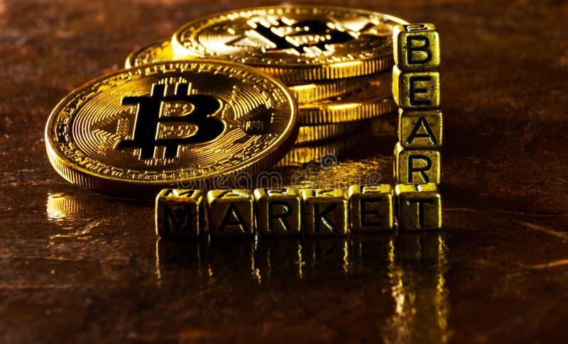 Mercato di orso dell'iscrizione con valuta cripto Bitcoin dorato, BTC immagini stock