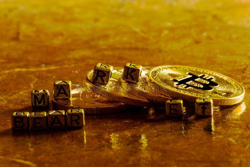 Mercato di orso dell'iscrizione con valuta cripto Bitcoin dorato, BTC immagine stock
