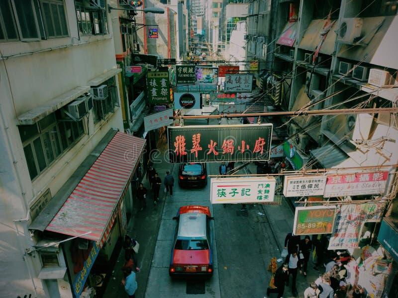 Mercato di strada di Hong Kong con il taxi fotografie stock
