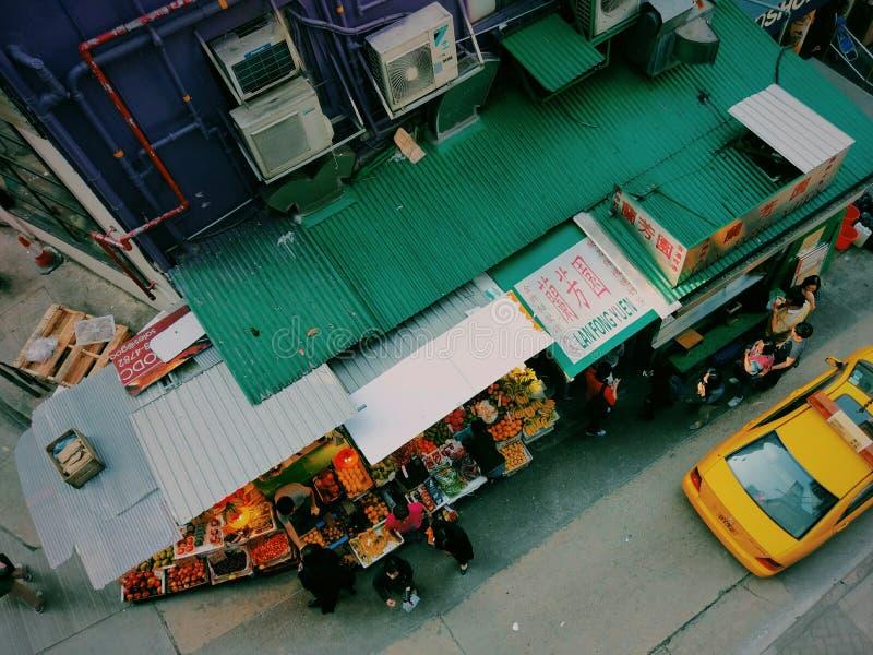 Mercato di strada di Hong Kong con il taxi fotografia stock