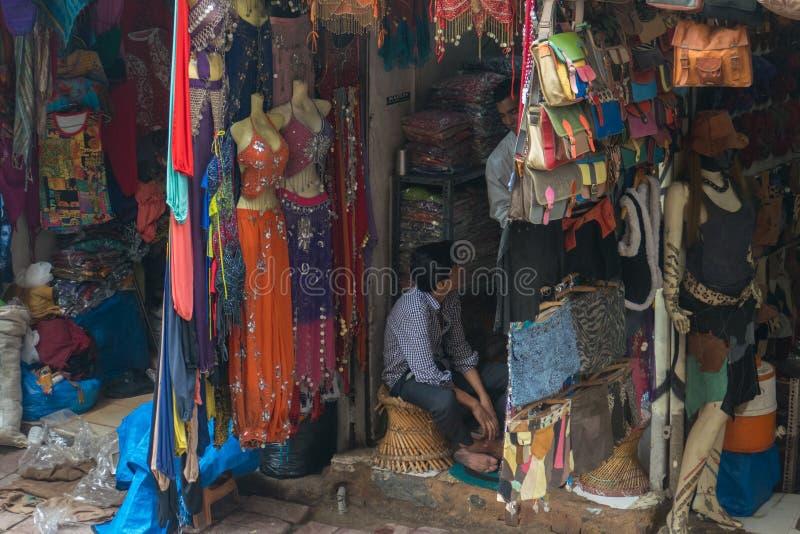 Mercato di strada in India con il vestito variopinto e le borse Hung On The Stand immagini stock libere da diritti