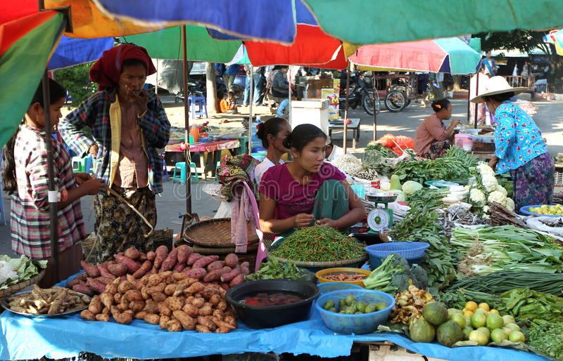 Mercato di strada in Naypyitaw, Myanmar immagini stock