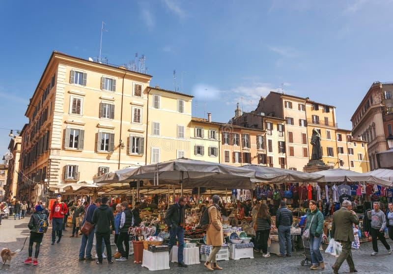 Mercato di strada storico di Campo de Fiori del frome di scena a Roma fotografia stock libera da diritti