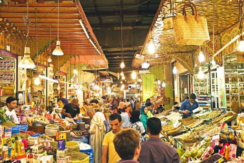 Mercato di strada tipico nel vecchio Medina di Fes, Marocco, Africa fotografia stock