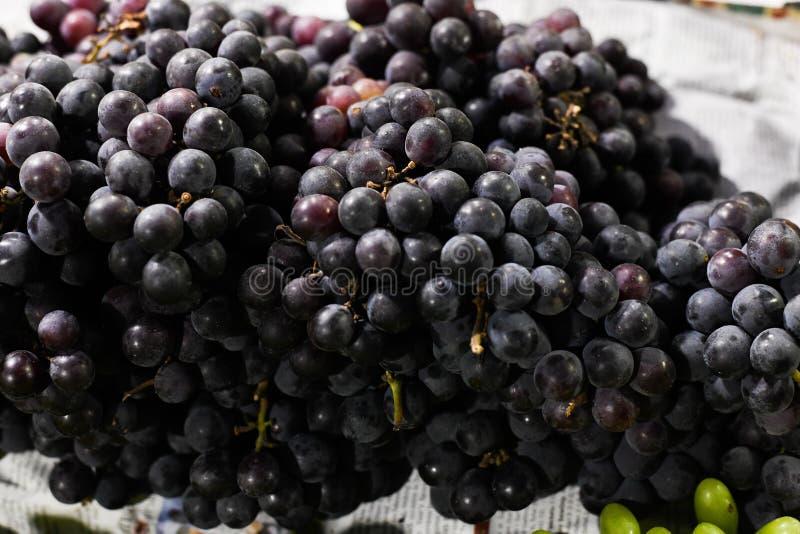 Mercato nero del primo piano dell'uva da vendere immagine stock libera da diritti
