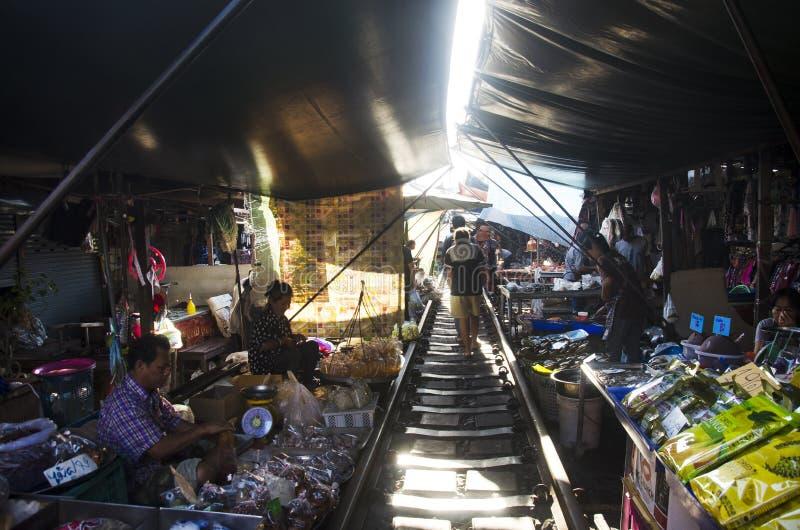 Mercato o Talat Rom Hup ferroviario del klong di Mae in Samut Songkhram, Tailandia immagine stock