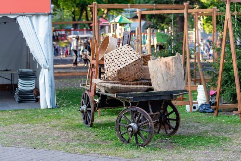 Mercato piega tradizionale degli artigiani Vecchi carretti del cavallo con vario fotografia stock libera da diritti