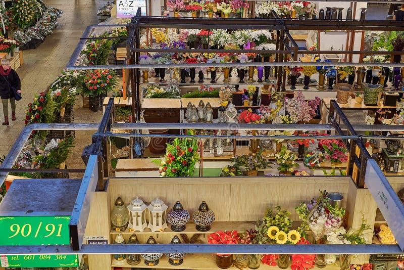 Mercato polacco autentico dell'alimento dell'agricoltore di vecchia città, del quadrato principale con le merci variopinte e fest immagine stock libera da diritti