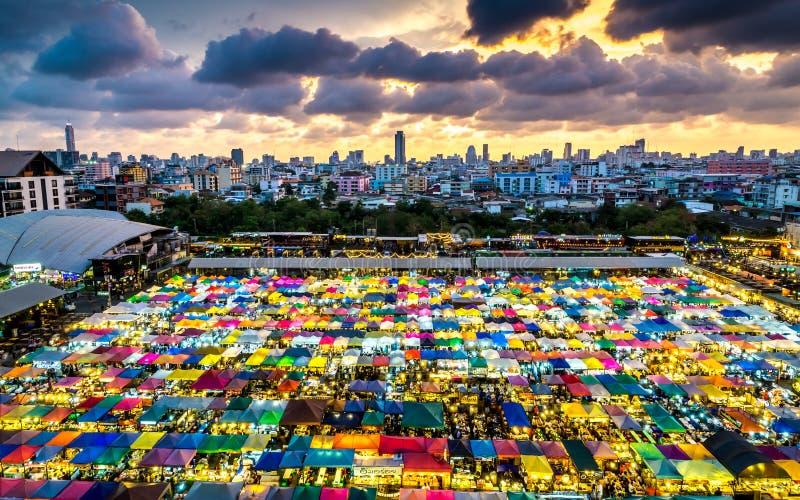 Mercato Ratchada, Bangkok Tailandia di notte del treno Il Bangko famoso immagini stock