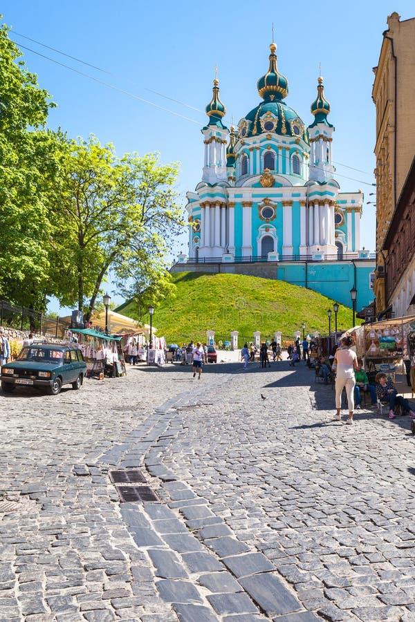 Mercato sulla discesa di Andriyivskyy e sulla vista della chiesa fotografia stock libera da diritti