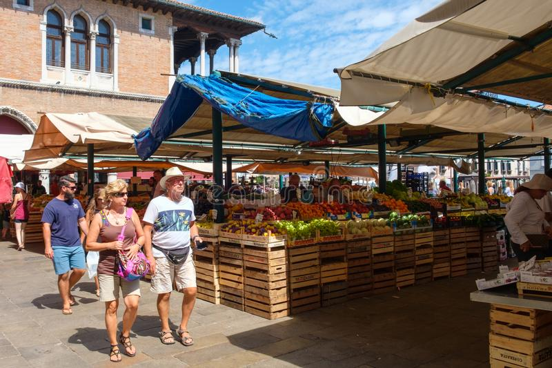 Mercato tradizionale che vende frutta e le verdure sulla città di Venezia, Italia immagini stock