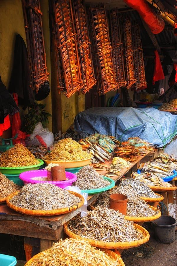 Mercato tradizionale con il pesce essiccato nella città di Tomohon, Sulawes fotografia stock
