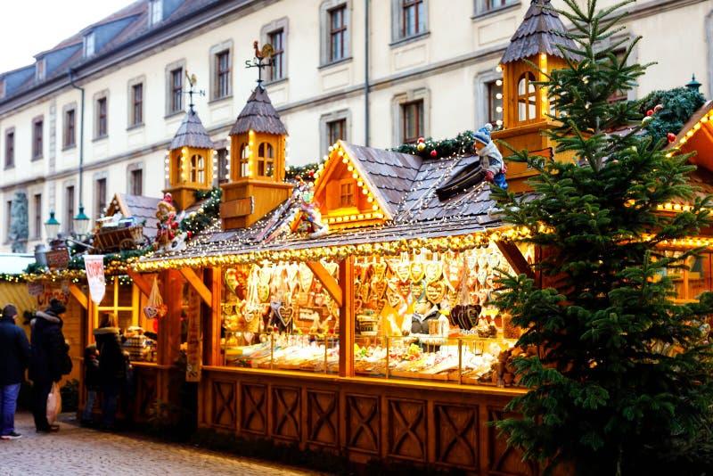 Mercato tradizionale di natale del centro storico di Norimberga, Germania Decorato con le stalle di vendita delle luci e della gh immagine stock