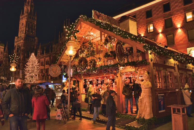 Mercato tradizionale di Natale su Marienplatz a Monaco di Baviera, Germania fotografie stock libere da diritti