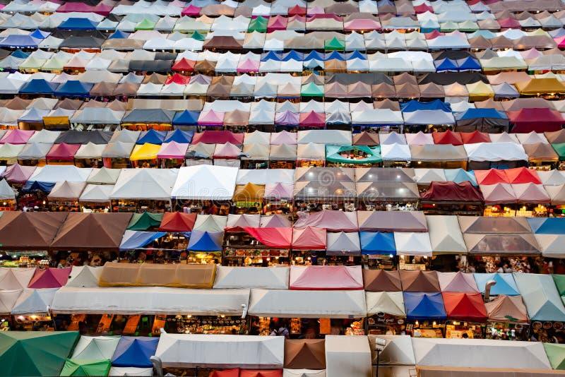mercato variopinto Ratchada, Bangkok, Tailandia del treno di notte immagine stock